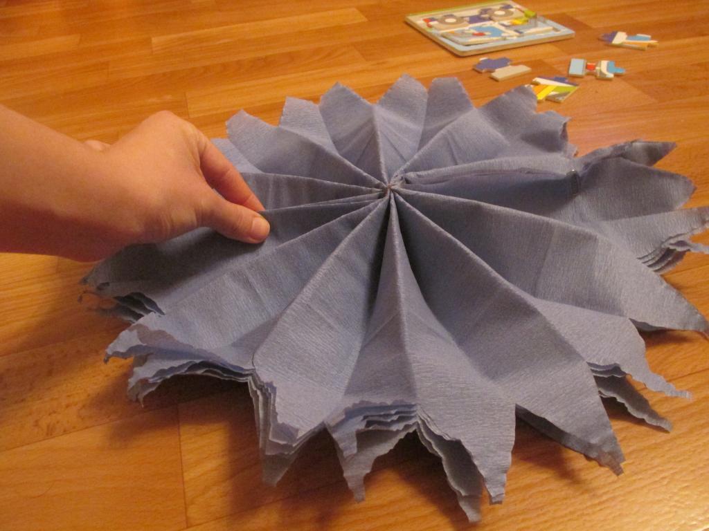 Как сделать из креповой бумаги помпон 452